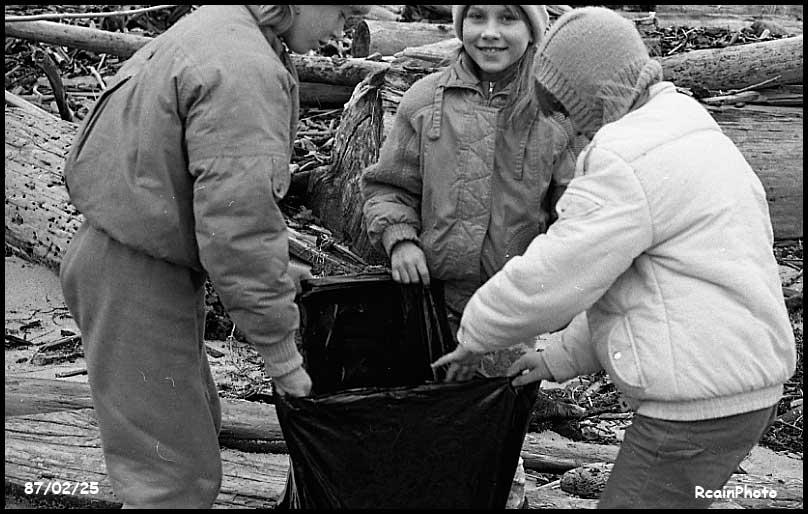 870225-school-kids-cleaning-beach