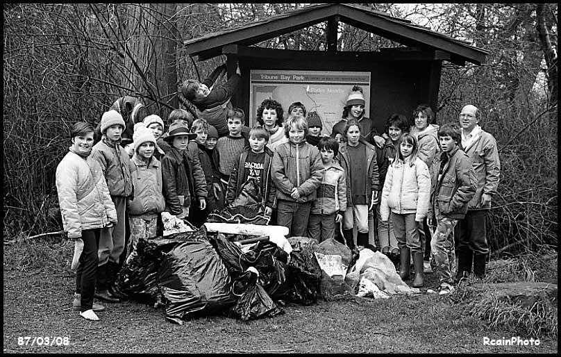 870308-school-kids-cleaning-beach